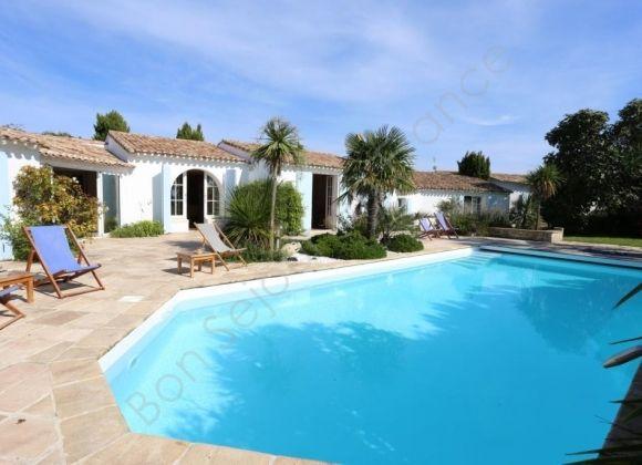 Location villa avec piscine sur l 39 ile de r lavande for Camping moustiers sainte marie avec piscine